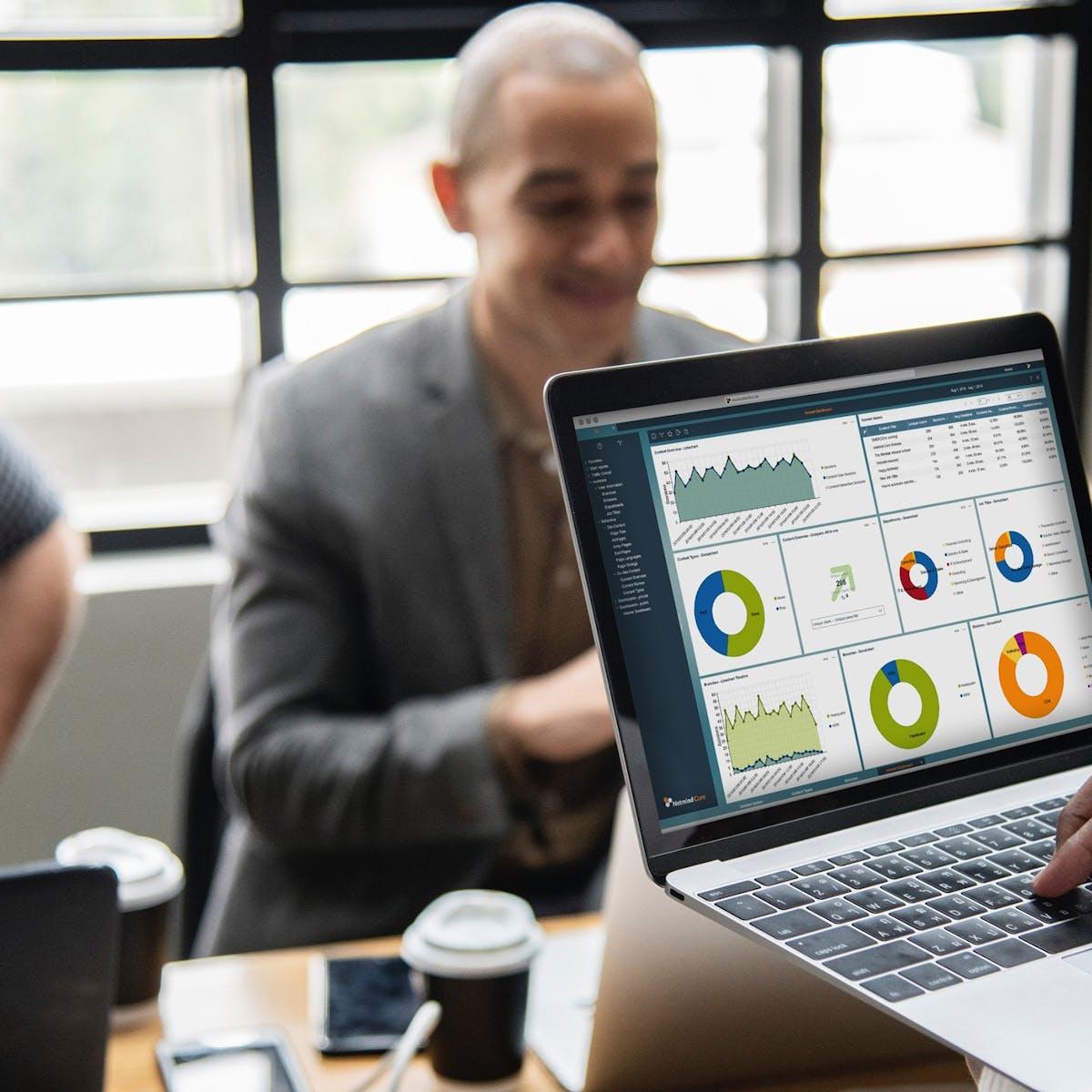 Software-Entwickler sitzt an Laptop