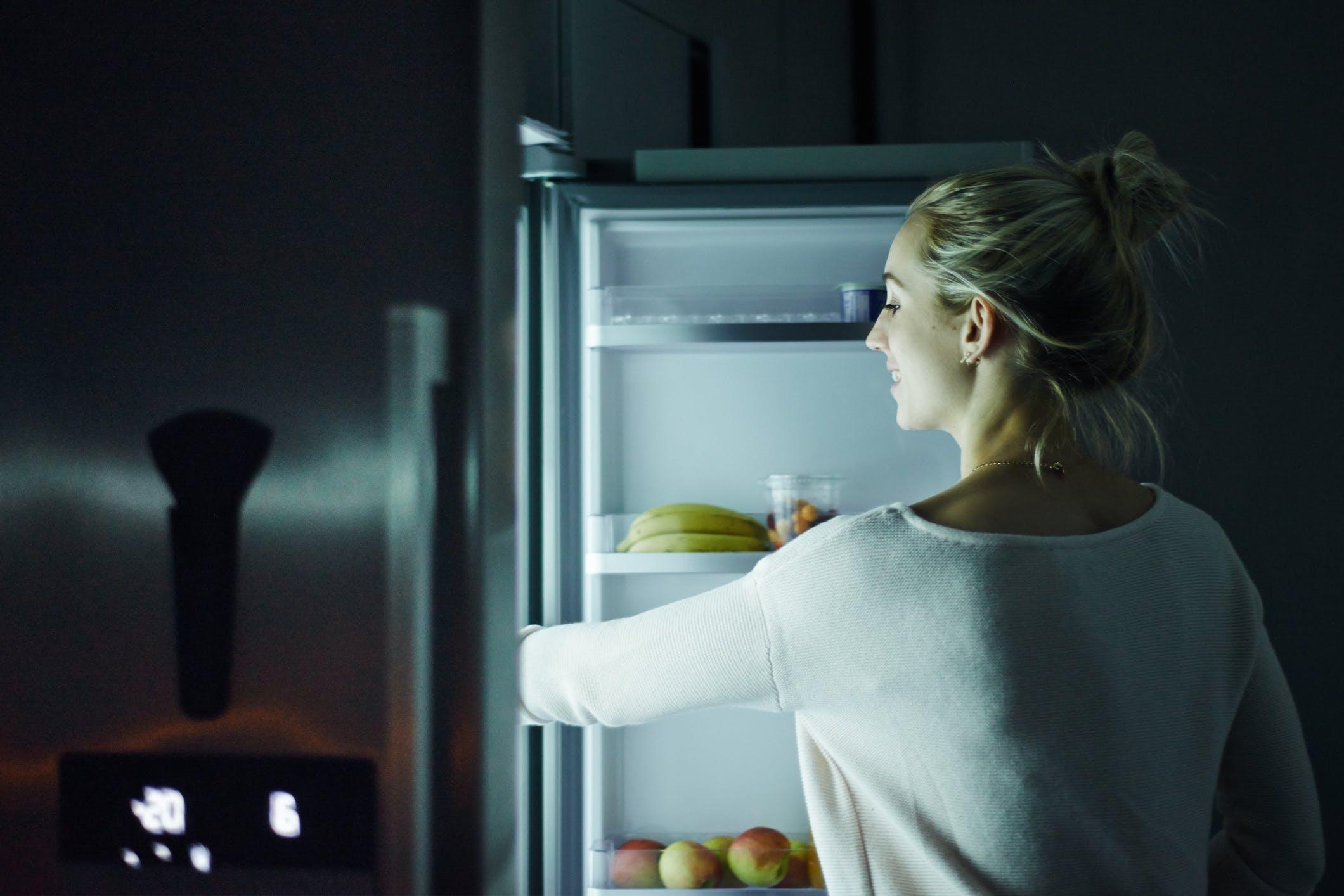 Titelbild-Frau-Kühlschrank-Studie-Automatisiertes-Bestellen-iStock-892227244-AJ-Watt