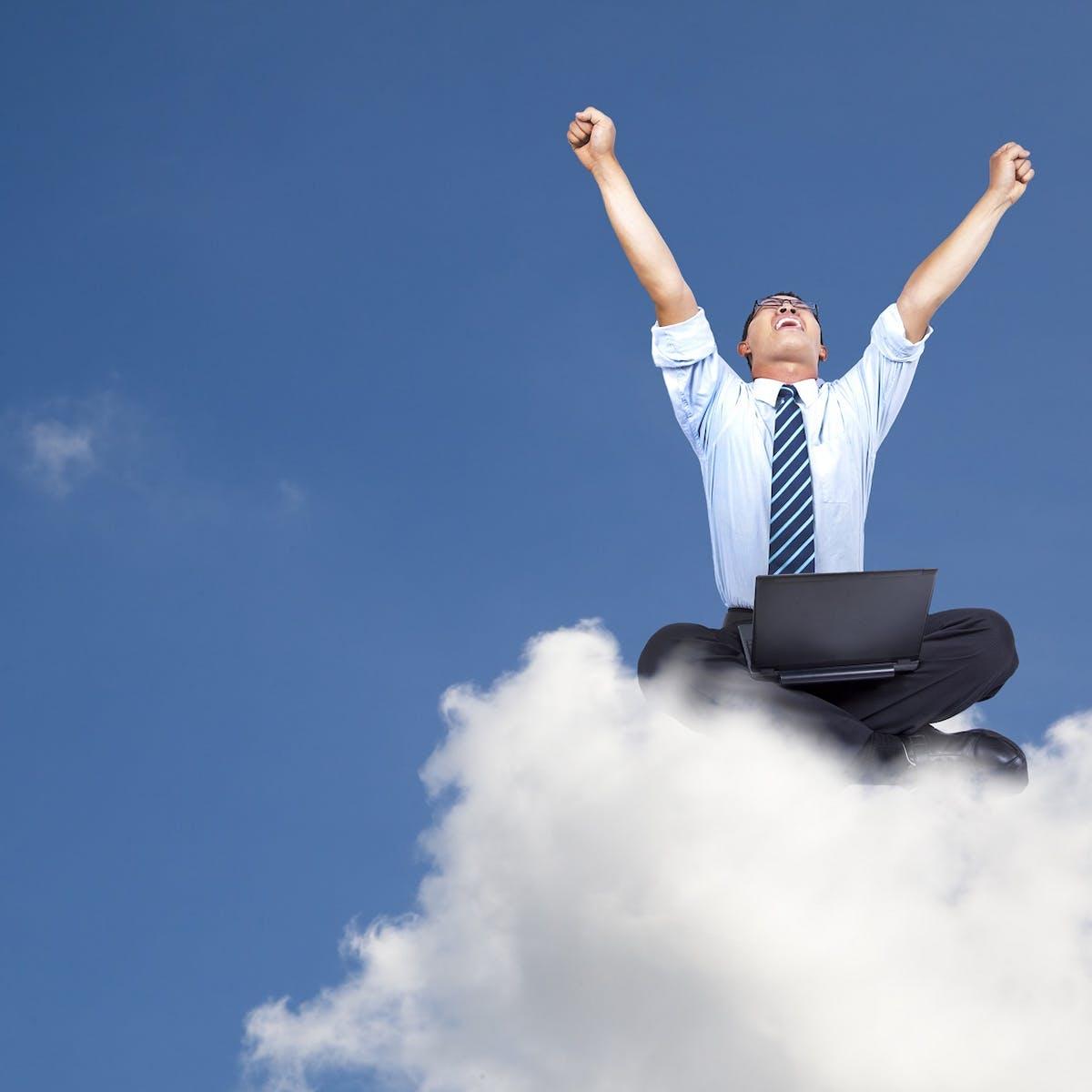 Business Man sitzt auf Cloud
