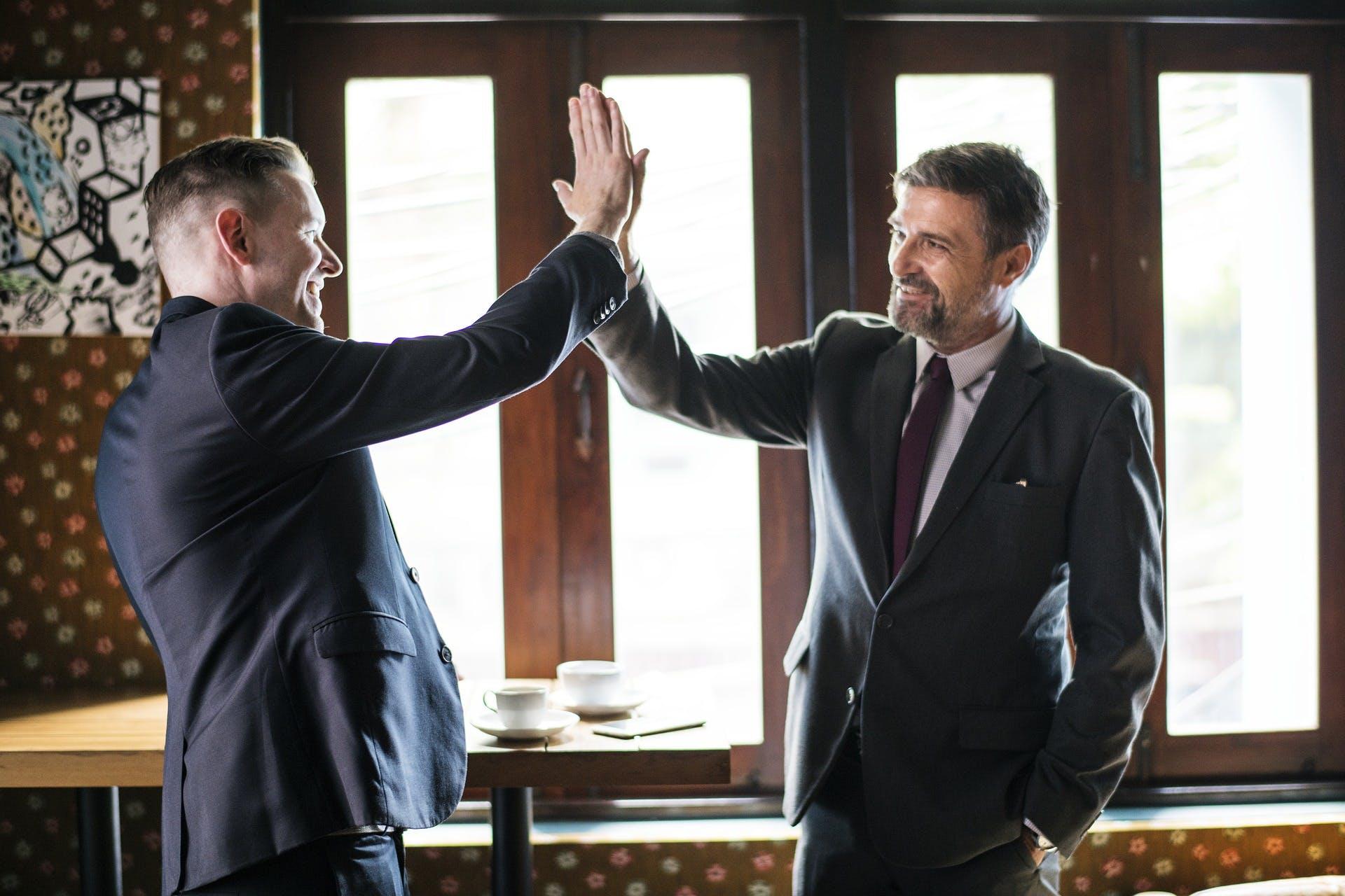 Männer-Business-High-Five-New-Leadership-Vereinbarung-Geschäft-3550391-pixabay-rawpixel