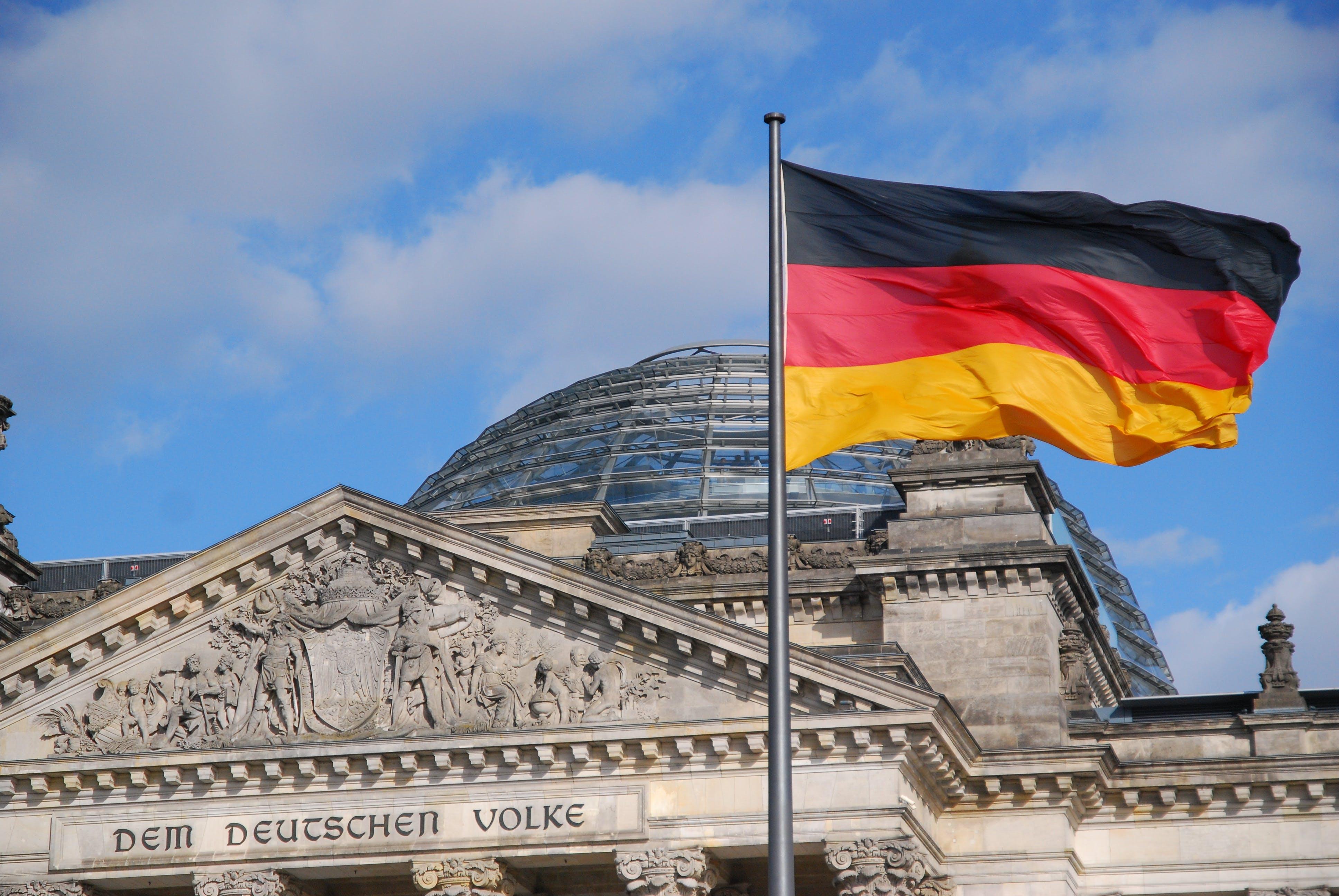 Reichstag-Berlin-Deutschland-Fahne-Flagge-1358937-pixabay-tvjoern