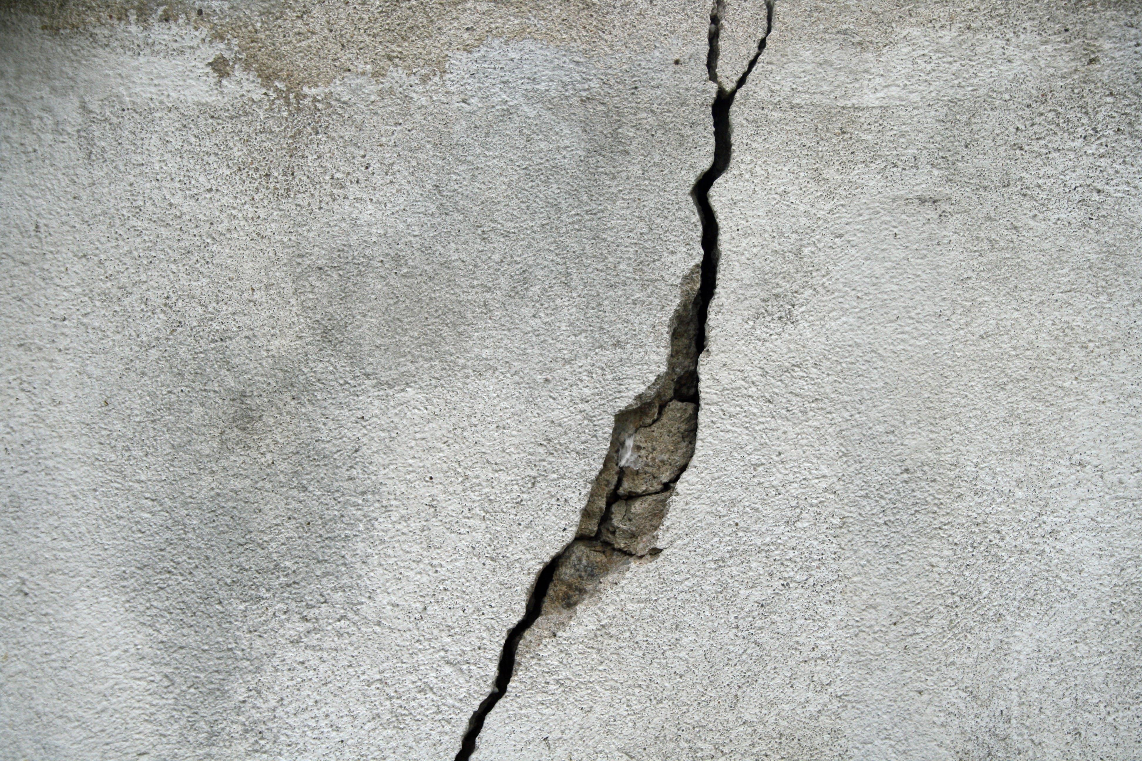 Riss-Wand-Spalte-Spaltung-Beton-695010-pixabay-struppi0601