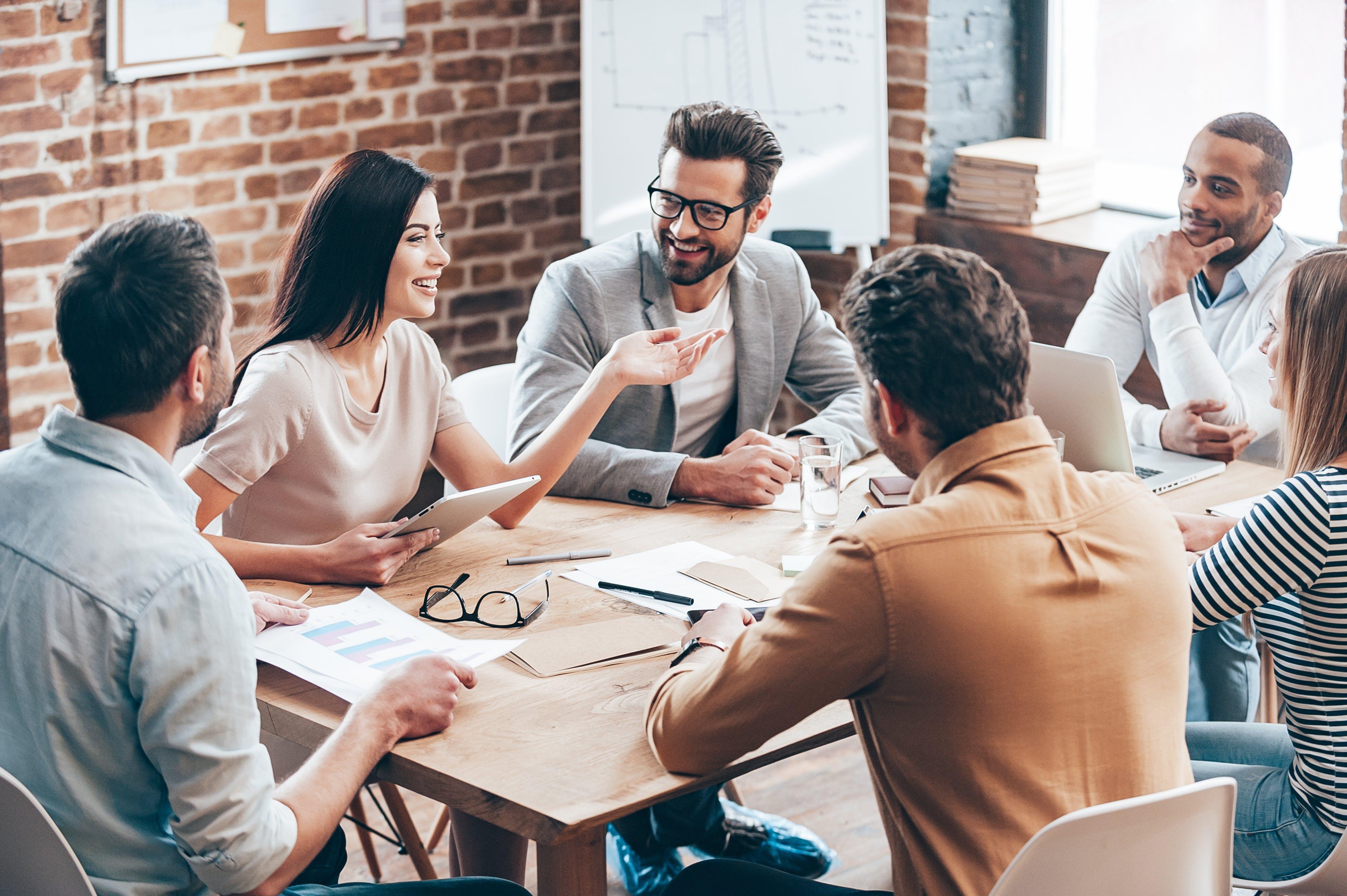 Team-Start-up-Meeting-Konferenz-Diskussion-Planning-Analytics-shutterstock-370390046-g-stockstudio