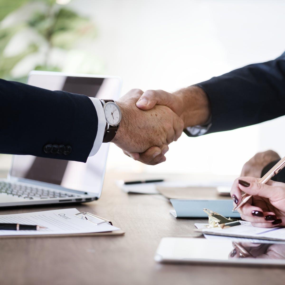 Titelbild-Allianz-SAP-Microsoft-Handschlag-Vereinbarung-Business-Vertrag-pixabay-3167295-rawpixel