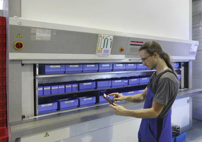 Titelbild-App-Effizienz-Fertigung-Mann-Tablet-Produktion-Kompetenzzentrum Kaiserslautern-Sell