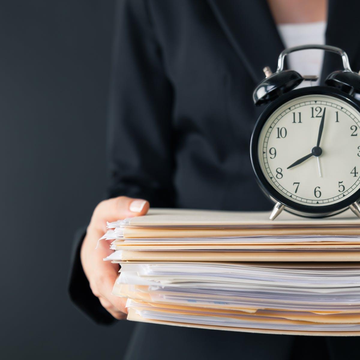 Titelbild-Arbeitszeit-flexibel-Wecker-Akten-Tarifvertrag-iStock-622925158-Sezeryadigar