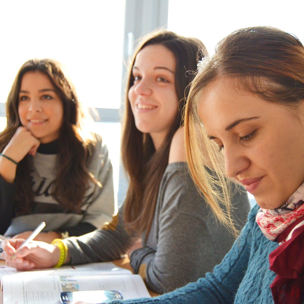 Titelbild-Azubis-digital-schlechte-Ausbildung-Auszubildende-Teenager-Jugendliche-pixabay-834138-Sprachschuleaktiv