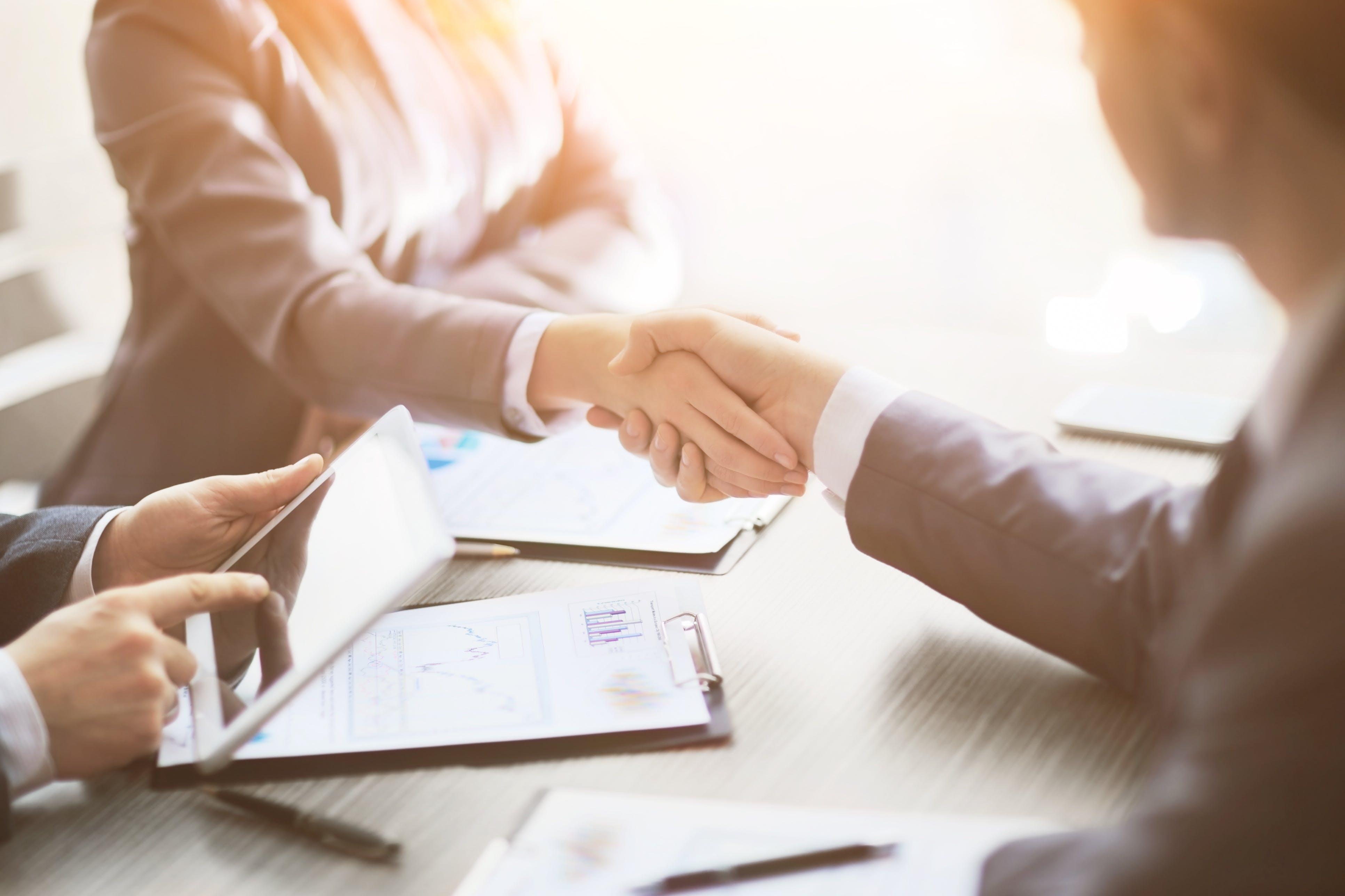 Titelbild-Business-Meeting-Handschlag-Handshake-iStock-656005826-YurolaitsAlbert