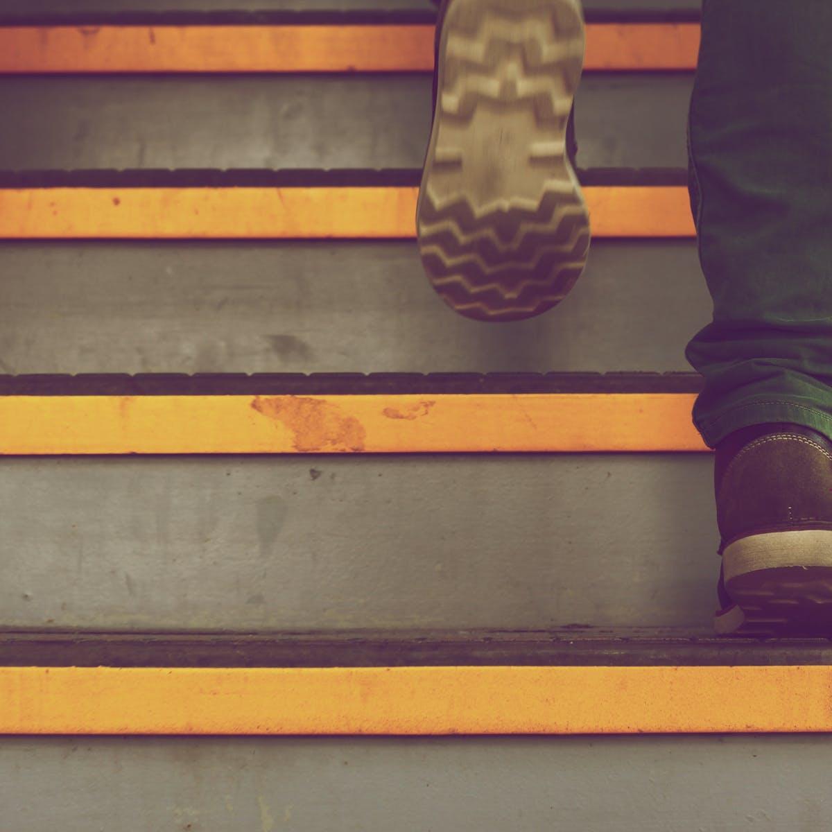 Titelbild-CRM-Freund-Feind-Treppe-Stufen-Treppenstufen-pixabay-388914-Free-Photos