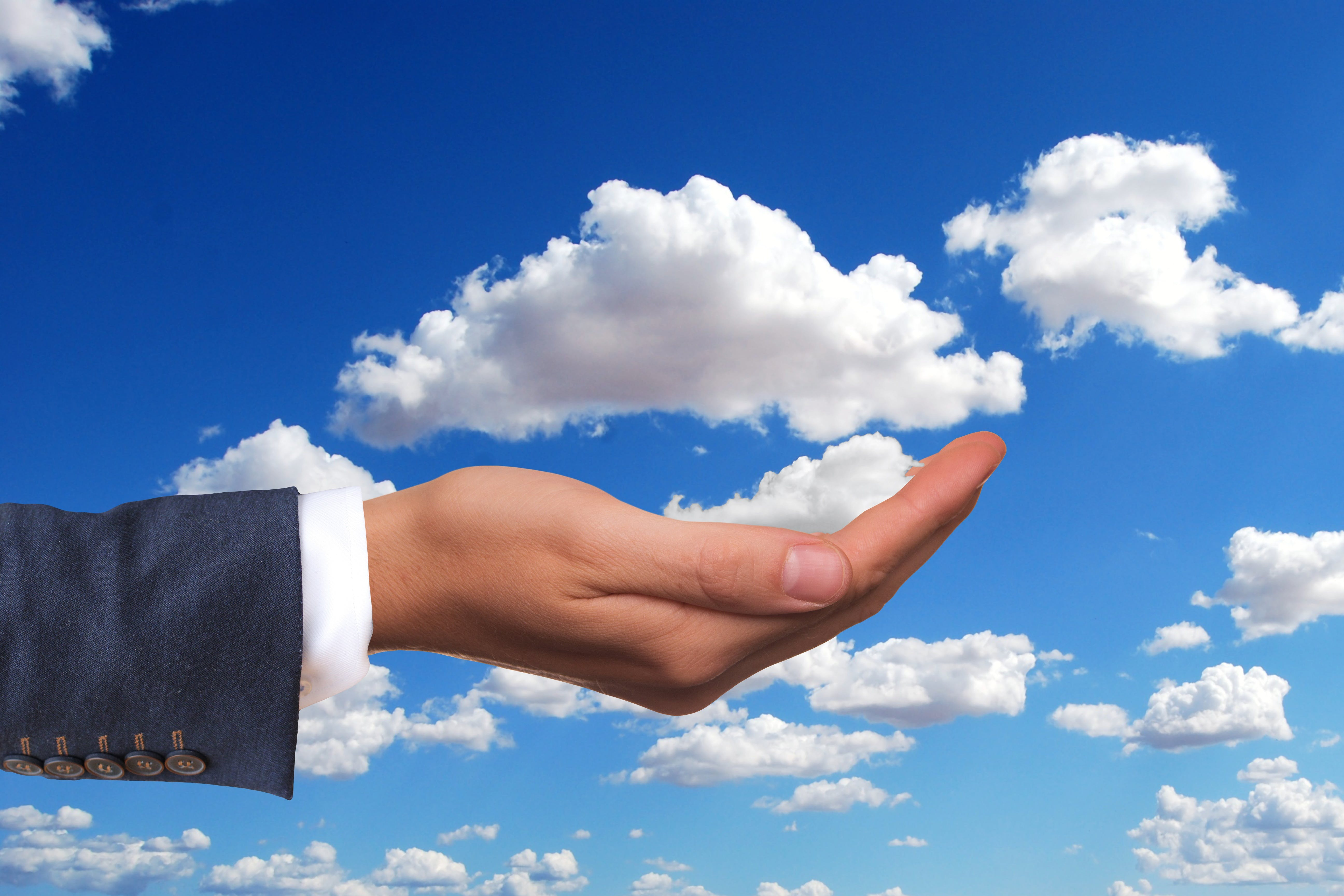 Titelbild-Cloud-Hand-auf-Mann-Business-3599920-pixabay-geralt