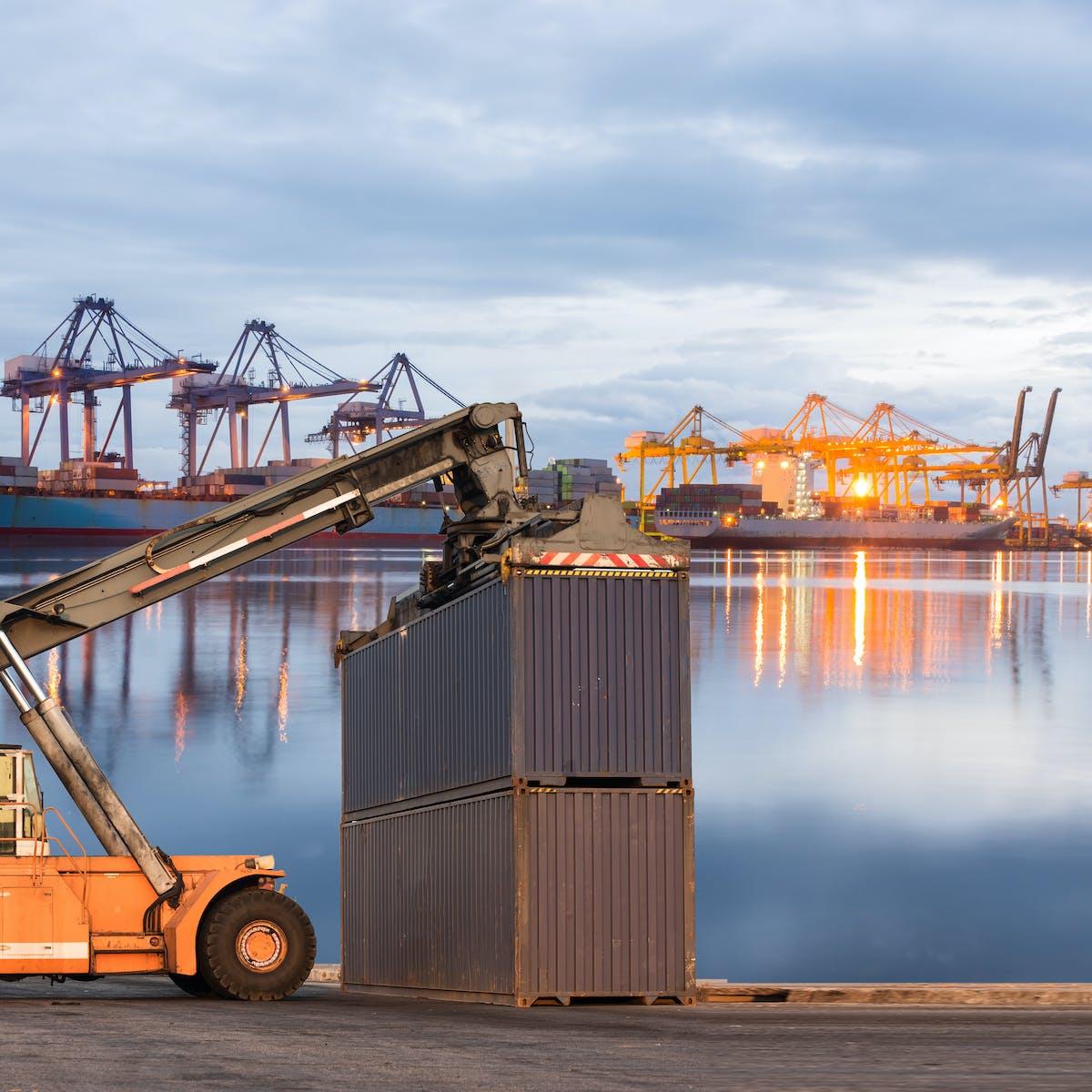 Titelbild-Container-Aussenhandel-Hafen-Trade-Compliance-AdobeStock-106393192-sorapop