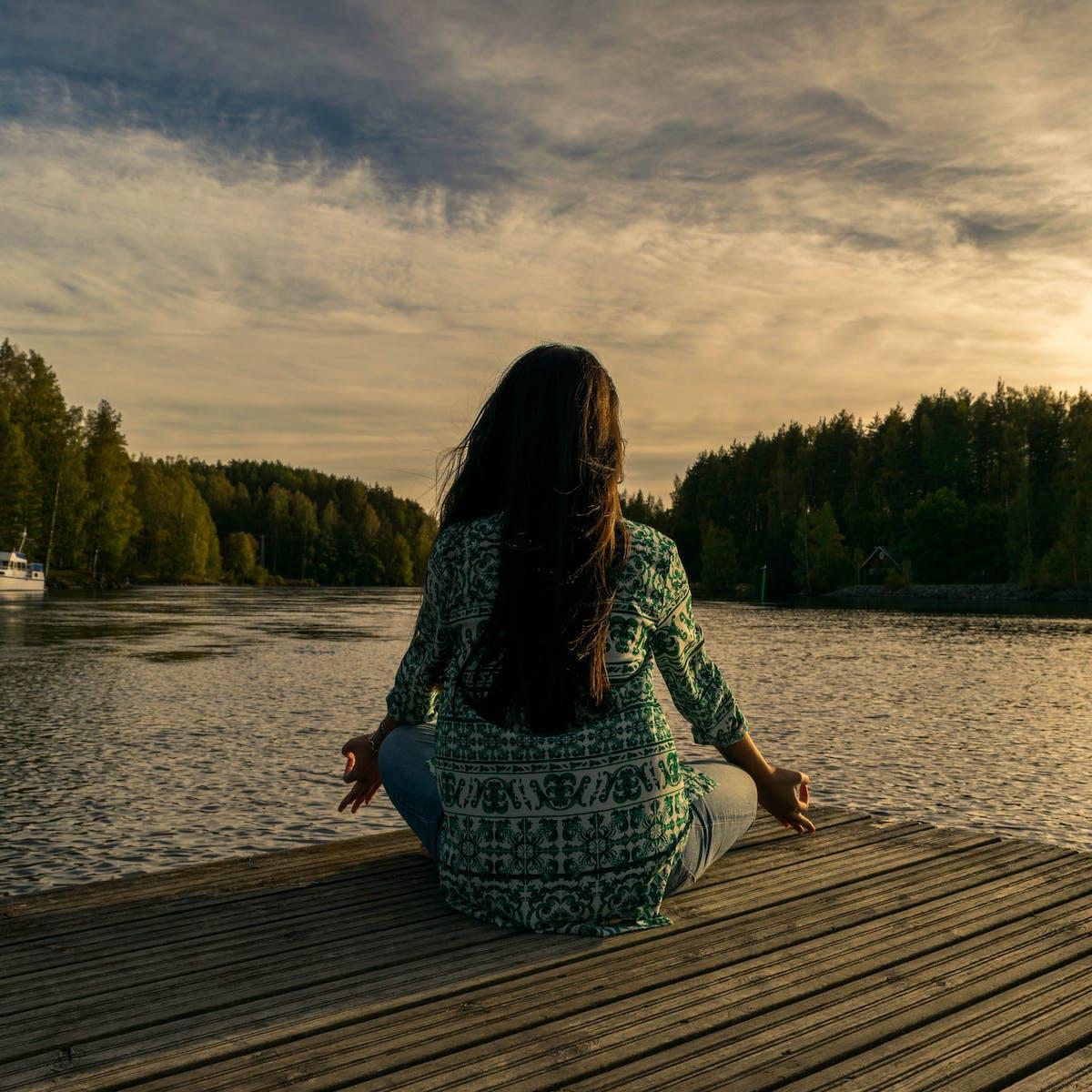 Titelbild-Digitale-Ethik-Frau-Yoga-Entspannung-See-Meditation-pixabay-2176668-leninscape