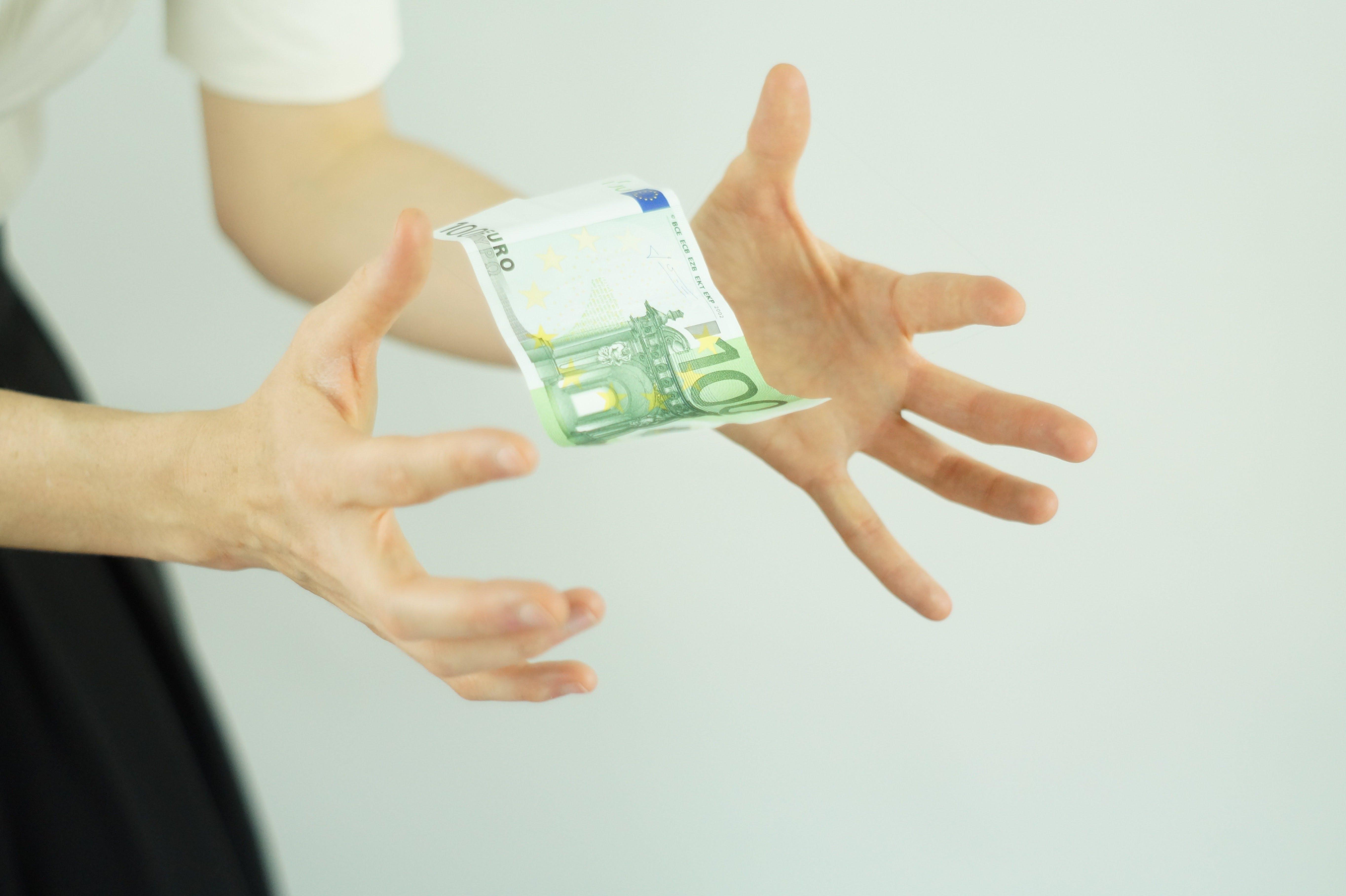 Titelbild-Finger-Hände-Fokus-Geld-fangen-Vergütungsmanagement-pexels-462383-Pixabay