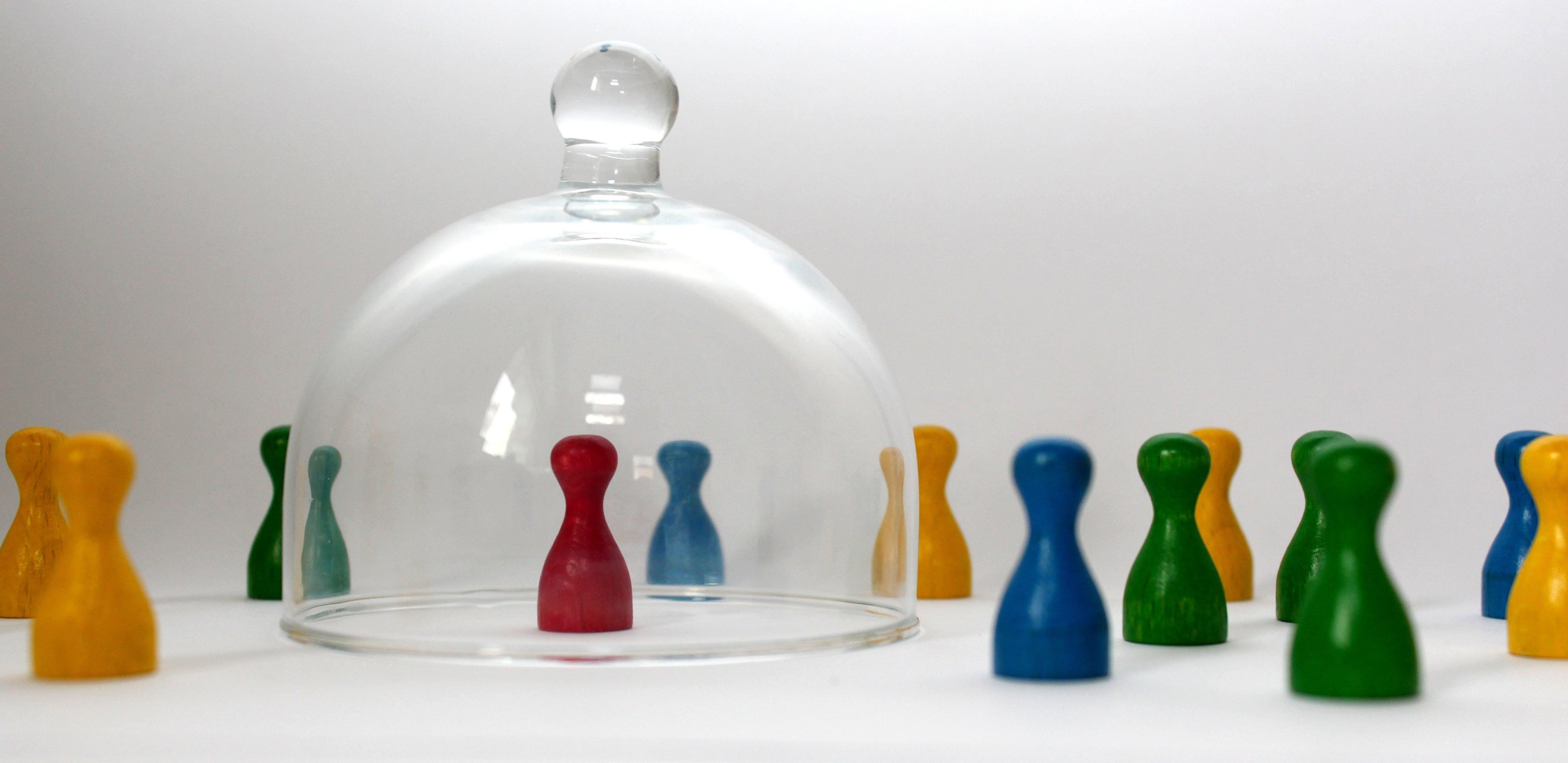 Titelbild-Home-Office-Isolation-Isolationsfalle-Spielfiguren-Glocke-pixabay-3649938-tillburmann