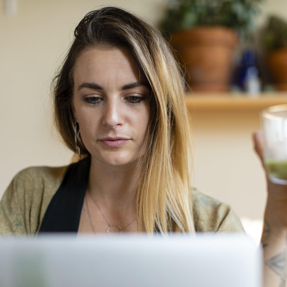 Titelbild-Homeoffice-Home-Office-Führungskraft-weiblich-Frau-Laptop-daheim-pixabay-4013292-rawpixel
