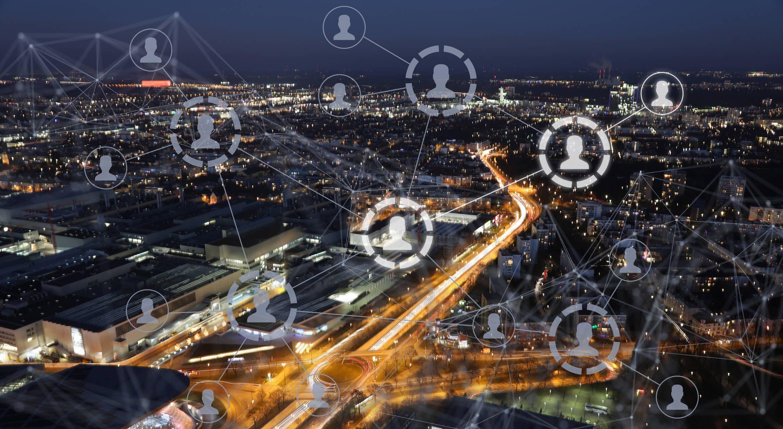 Titelbild-Innenstadt-nachts-digital-Vernetzung-Menschen-iStock-649665734-alexsl