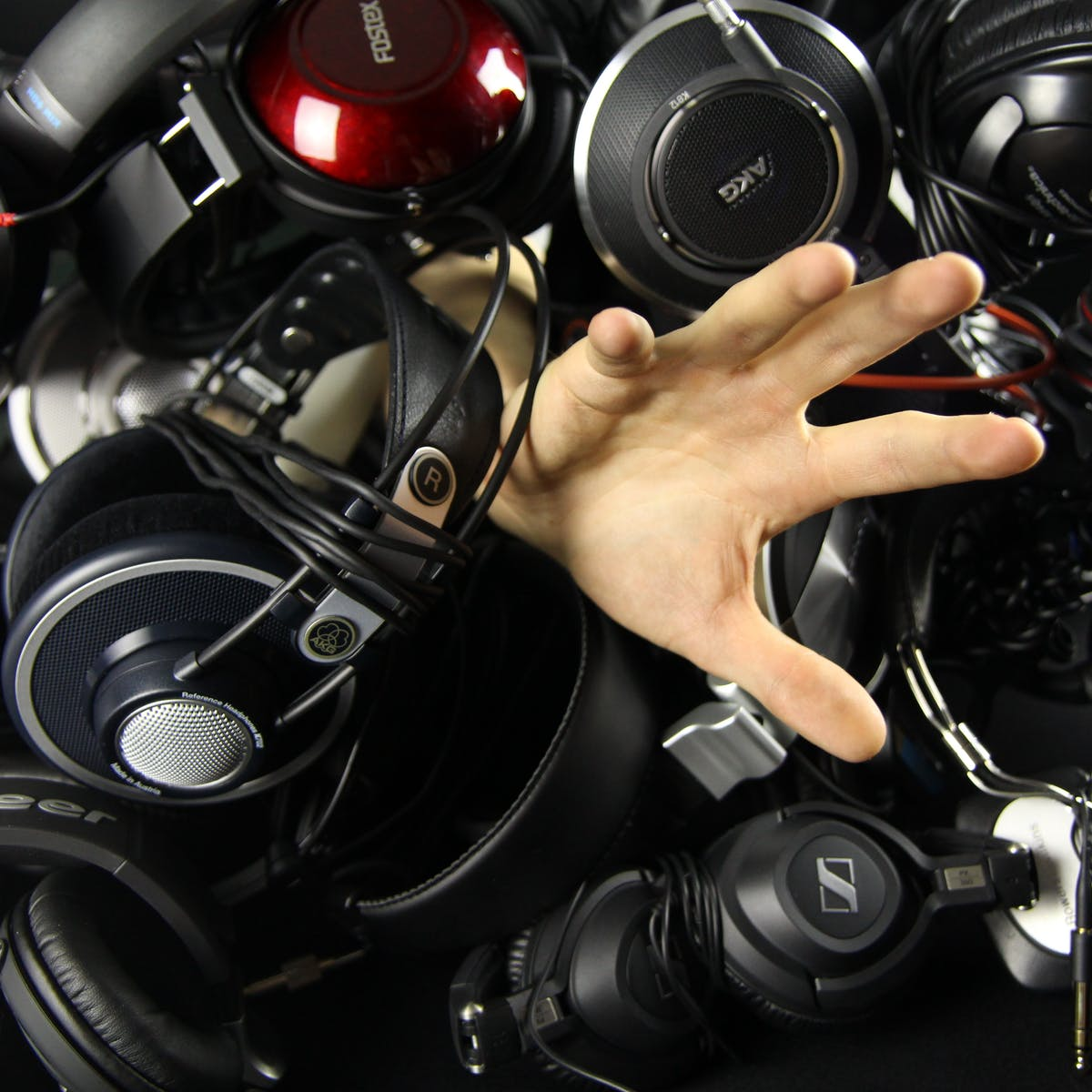 Titelbild-KI-Künstliche-Intelligenz-Musik-Algorithmus-Kopfhörer-Hand-pixabay-764866-vanleuven0