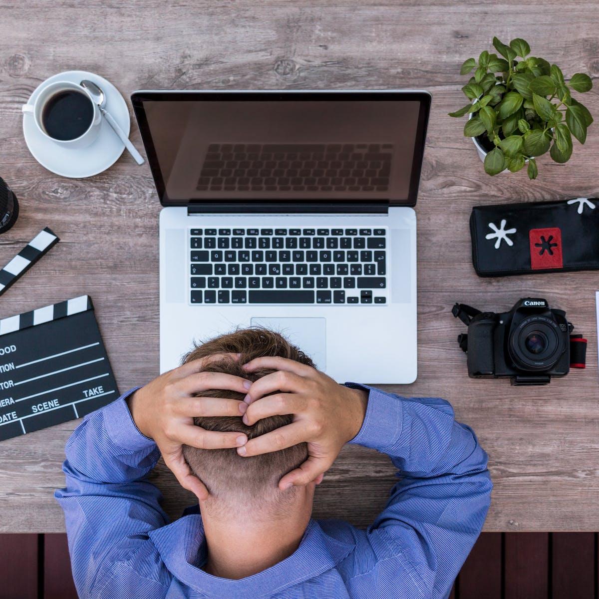 Titelbild-KPI-KPIs-Überblick-nicht-verlieren-Verzweiflung-Büro-Schreibtisch-pixabay-2838945-lukasbieri