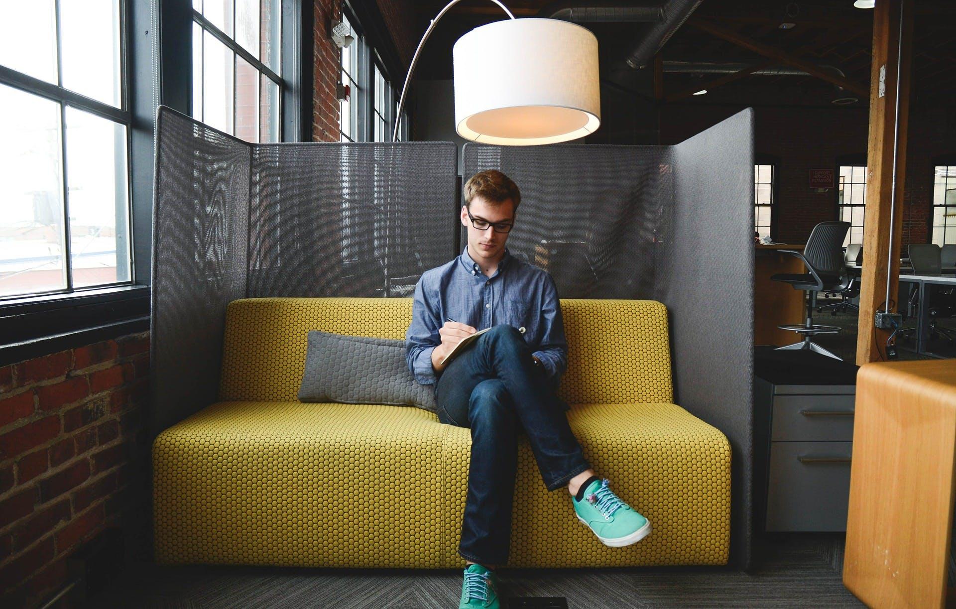 Titelbild-Konzentriertes-Arbeiten-Unternehmer-start-start-up-mann-593359-pixabay-StartupStockPhotos
