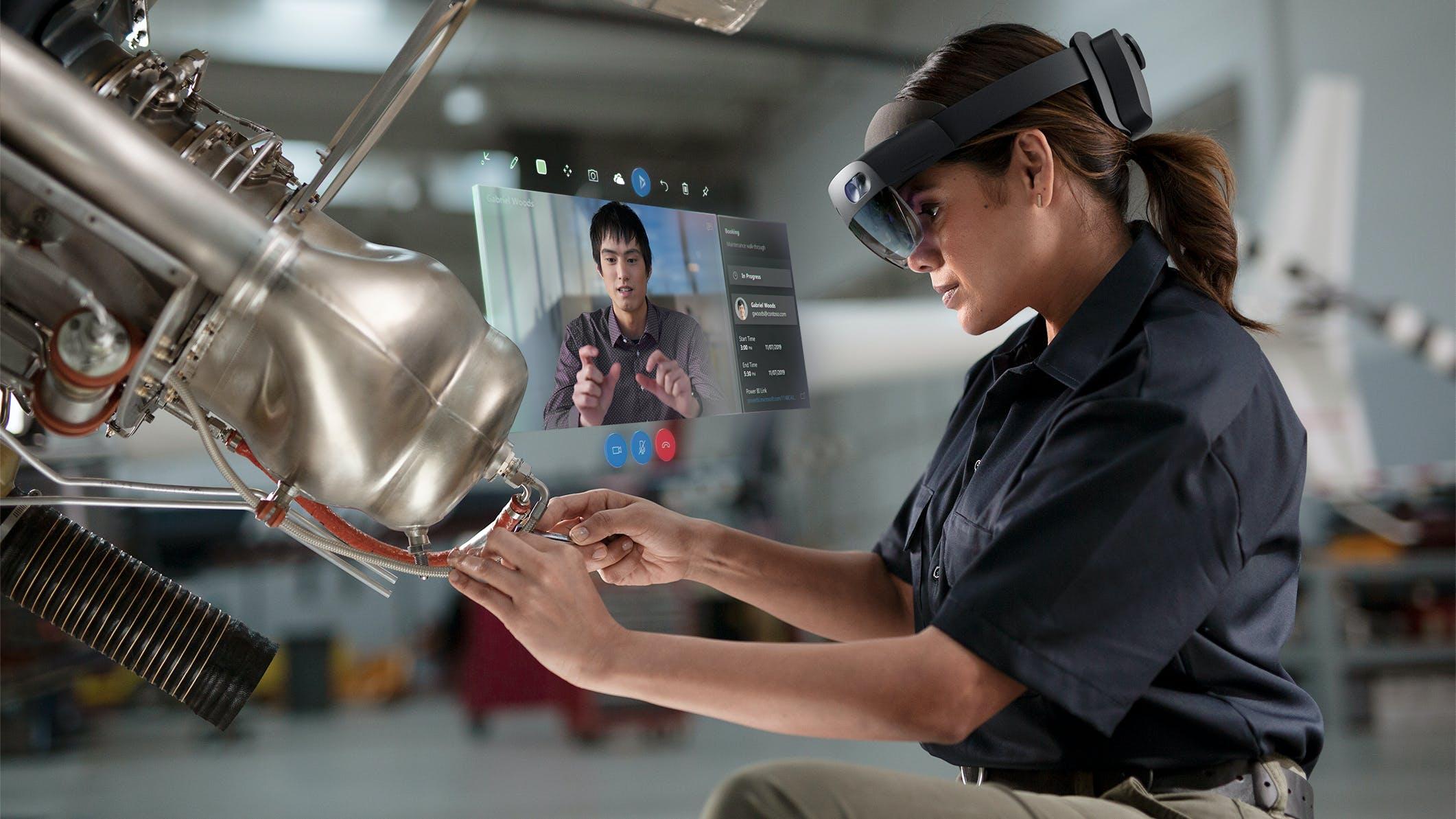 Titelbild-Microsoft-Hololens-Holo-Lens-2-Remote-Assist-Woman-c-Microsoft