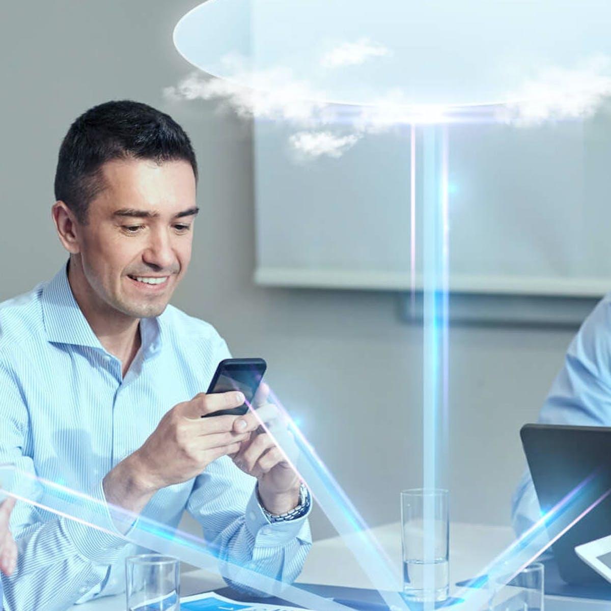 Titelbild-Mitarbeiter-Büro-Cloud-Smartphone-iStock-478450750