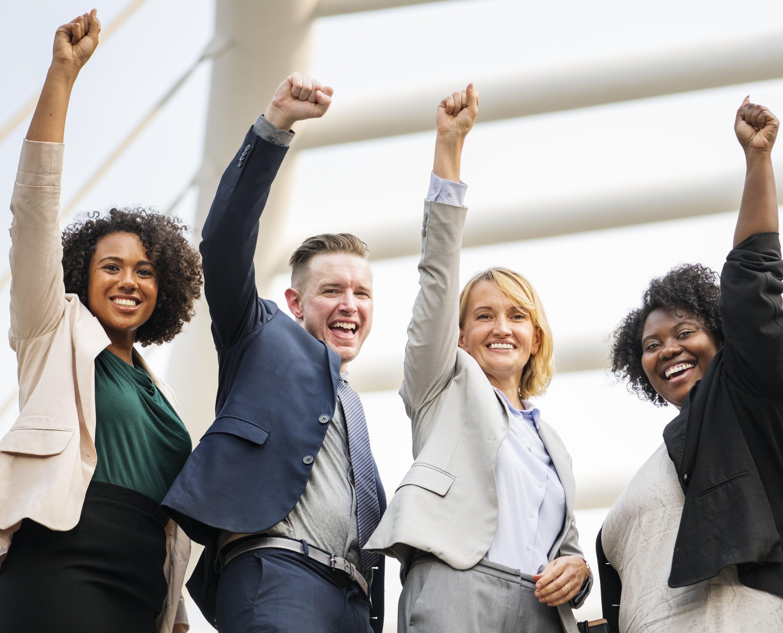 Titelbild-Mitarbeiter-glücklich-Mitarbeiterengagement-Team-Hände-hoch-pixabay-3365368-rawpixel