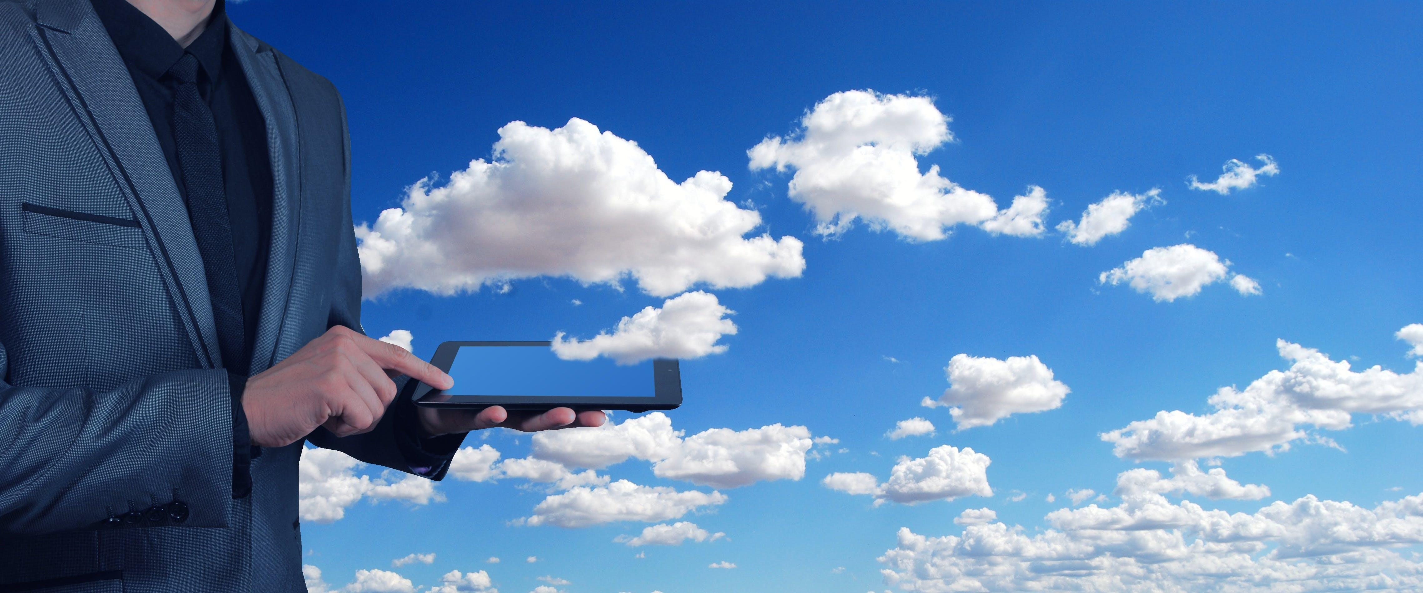 Titelbild-Office-365-O365-Cloud-Mann-Business-Tablet-Finger-pixabay-3599916-geralt