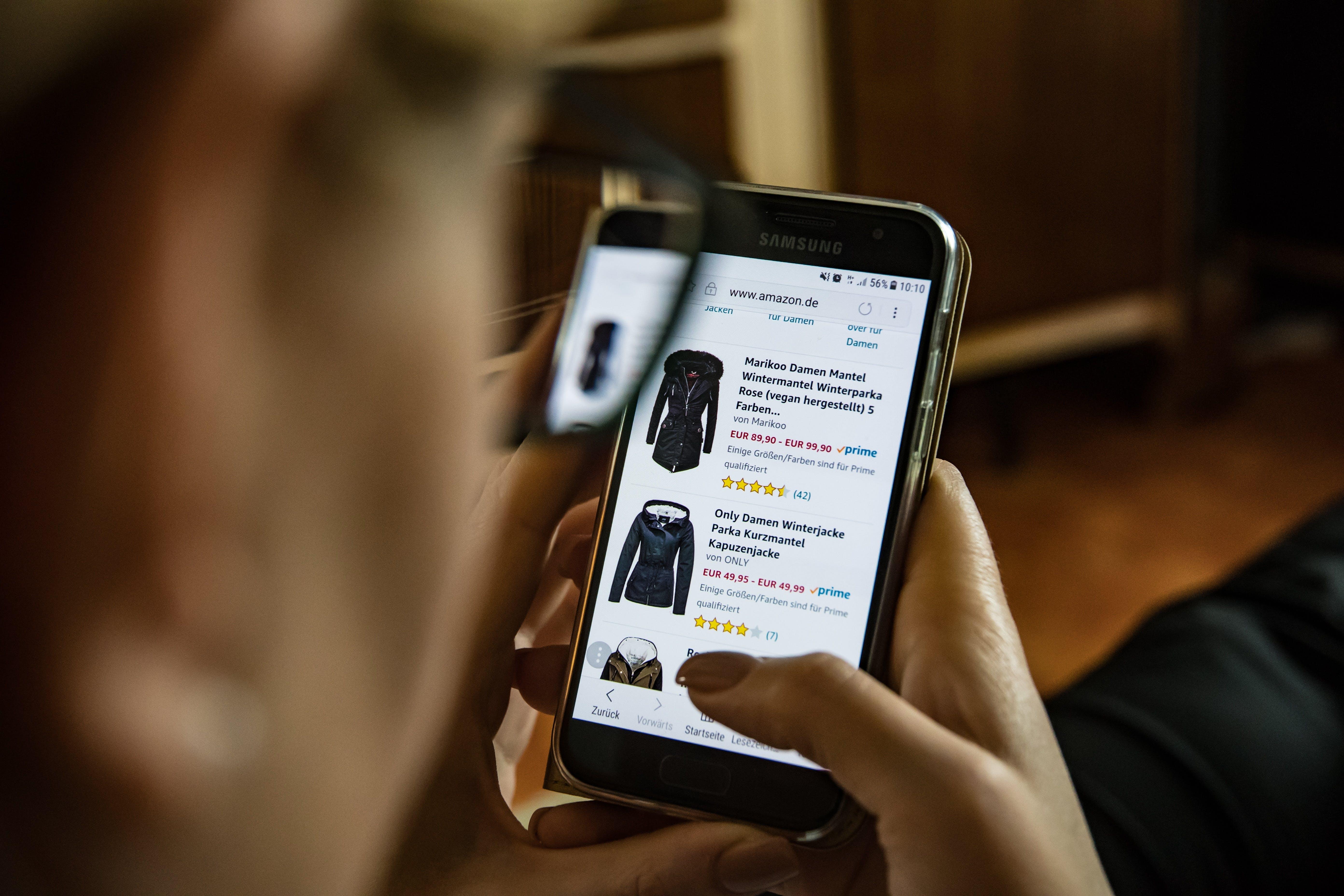 Titelbild-Online-Shopping-Amazon-B2B-Vertrieb-Kleidung-Smartphone-2900303-pixabay-HutchRock