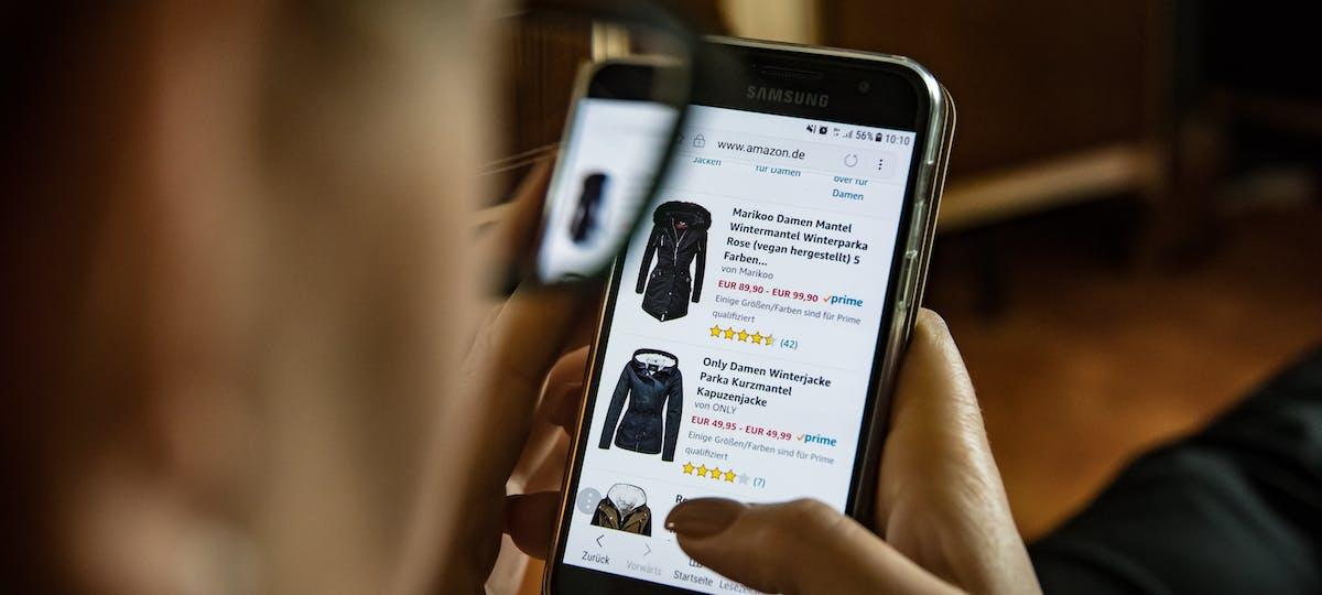 c5bd796701430a Titelbild-Online-Shopping-Amazon-B2B-Vertrieb-Kleidung-Smartphone-