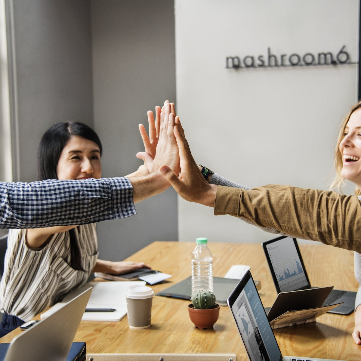 Titelbild-Performance-Talent-Management-High-Five-Team-Teamwork-pixabay-3656071-rawpixel