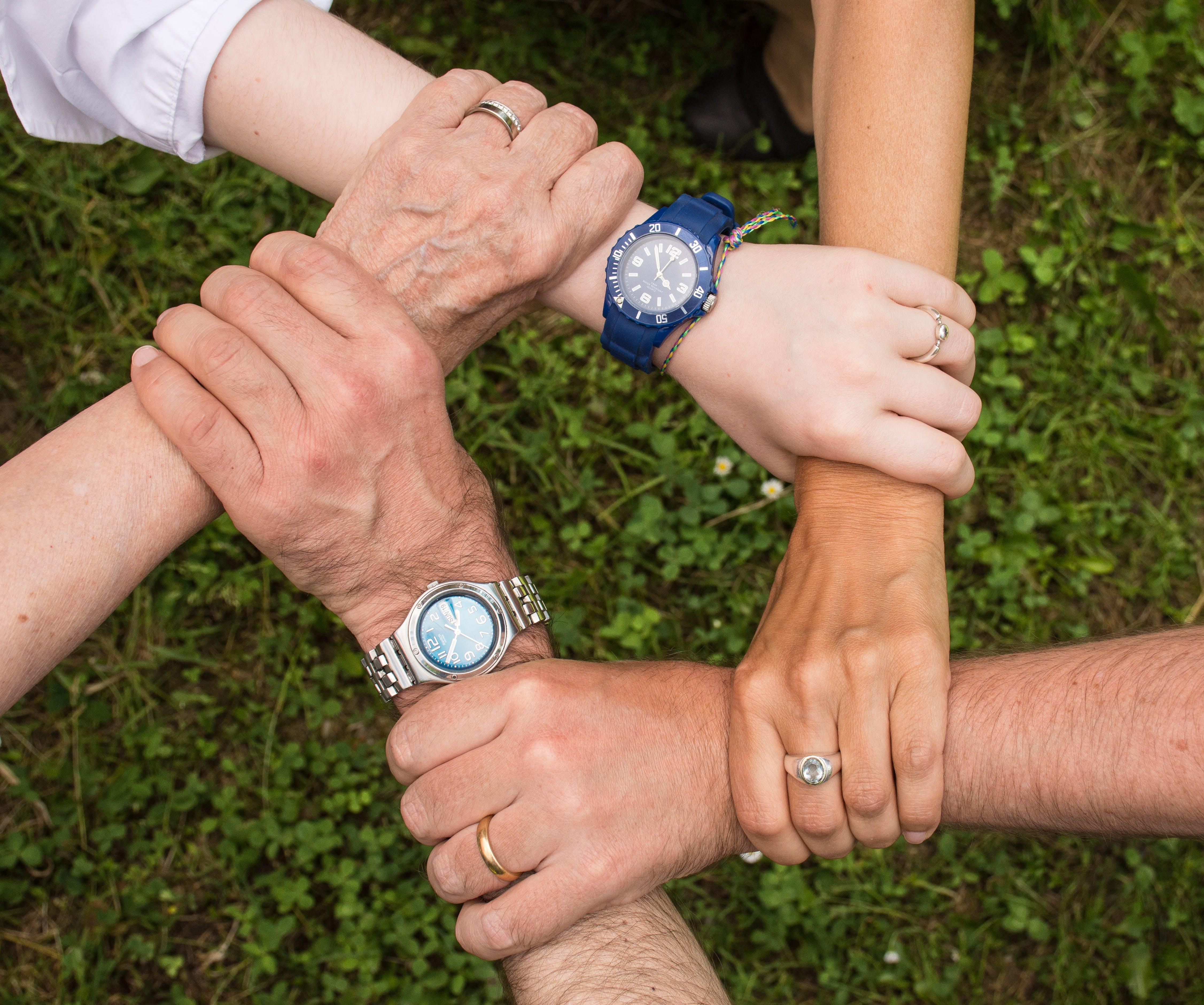 Titelbild-Reverse-Mentoring-Junior-Senior-Hände-Teamwork-Teamgeist-pixabay-2448837-Anemone123