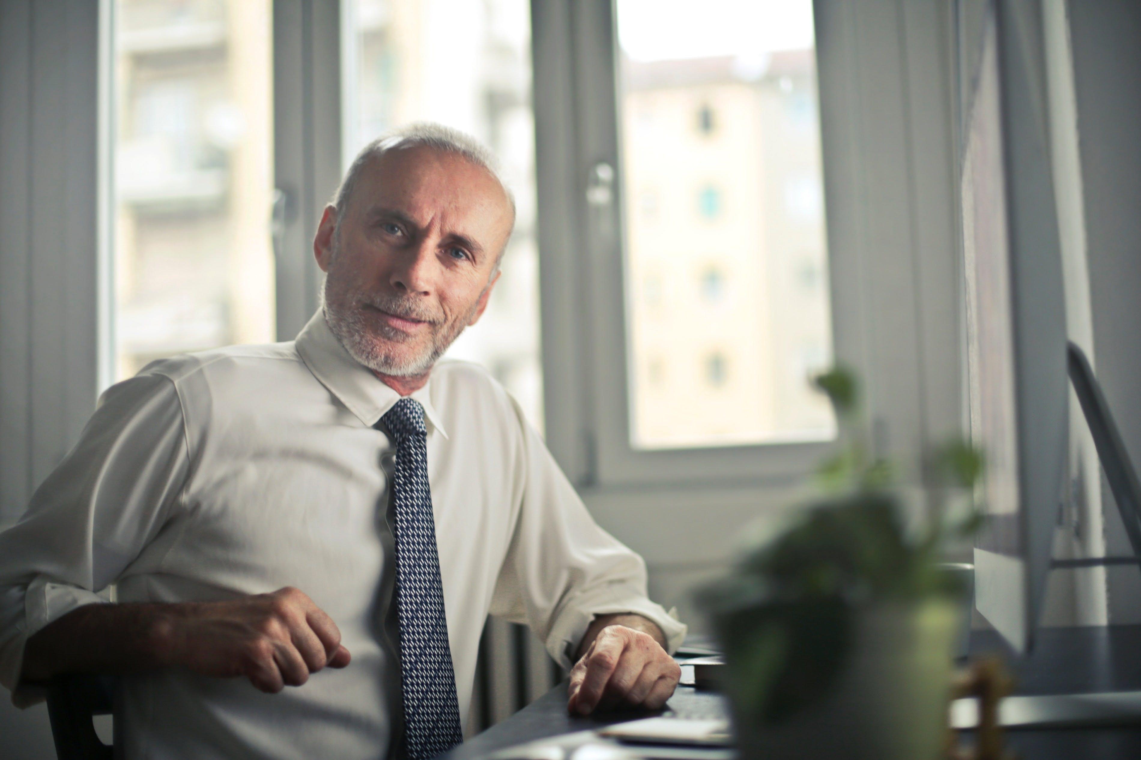 Titelbild-Senior-Boss-Chef-Office-Büro-Krawatte-Bestager-Best-Ager-pexels-834863-bruce-mars