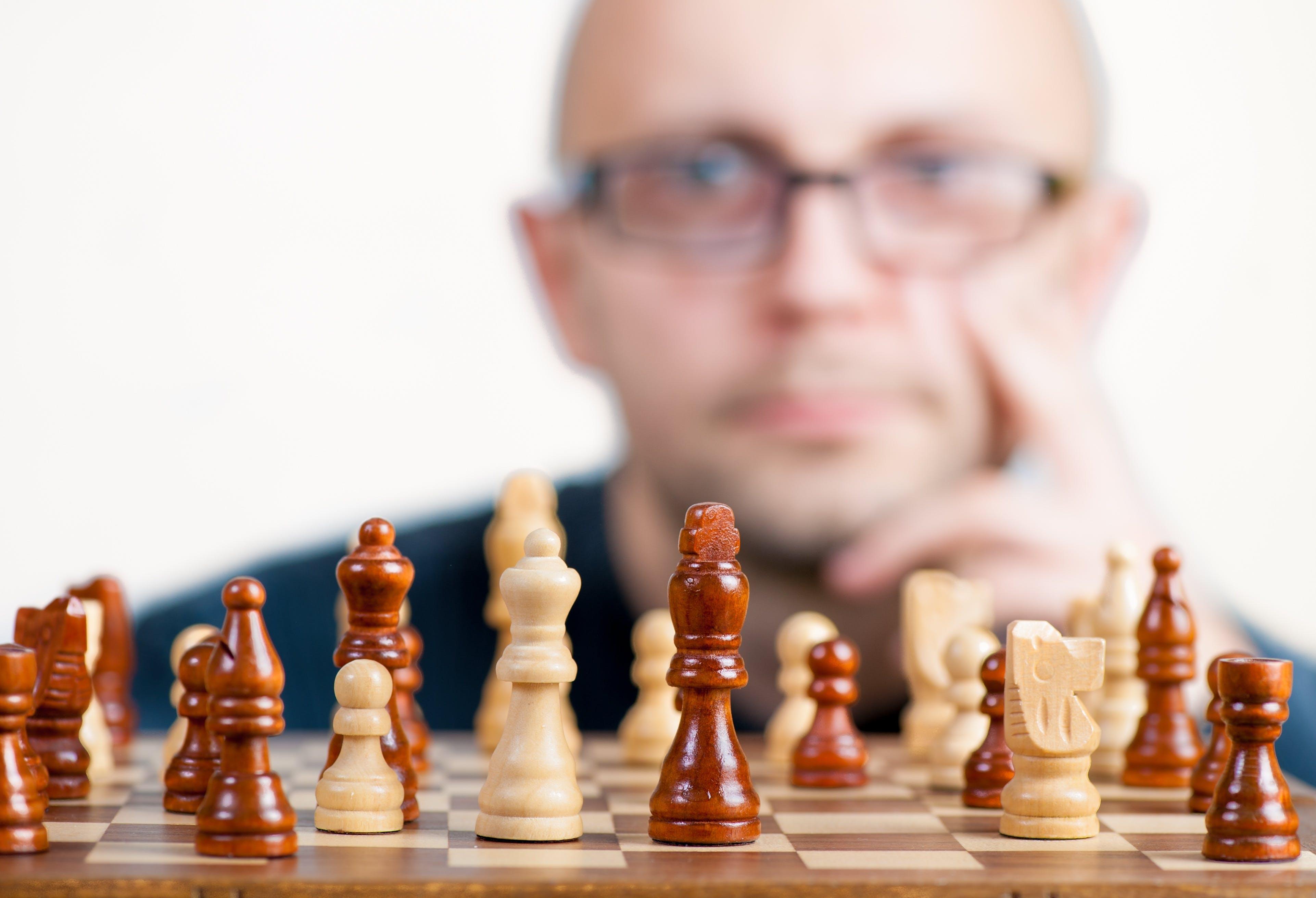 Titelbild-Strategie-Schach-Stratege-Mikromanager-Mann-1080533-pixabay-jarmoluk