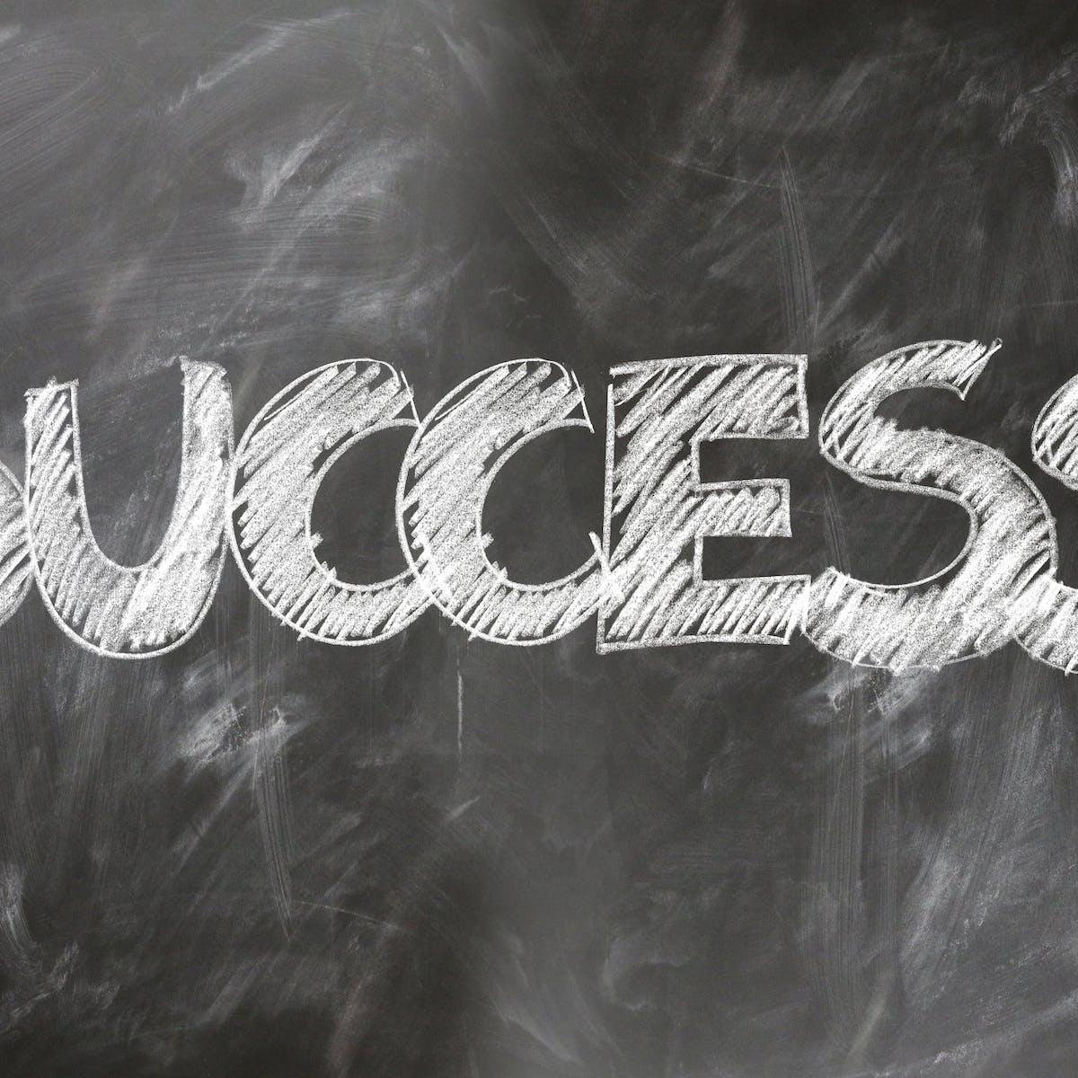 Titelbild-Success-Formel-erfolgreiche-Geschäftskommunikation-Tafel-Erfolg-pixabay-2434016-geralt