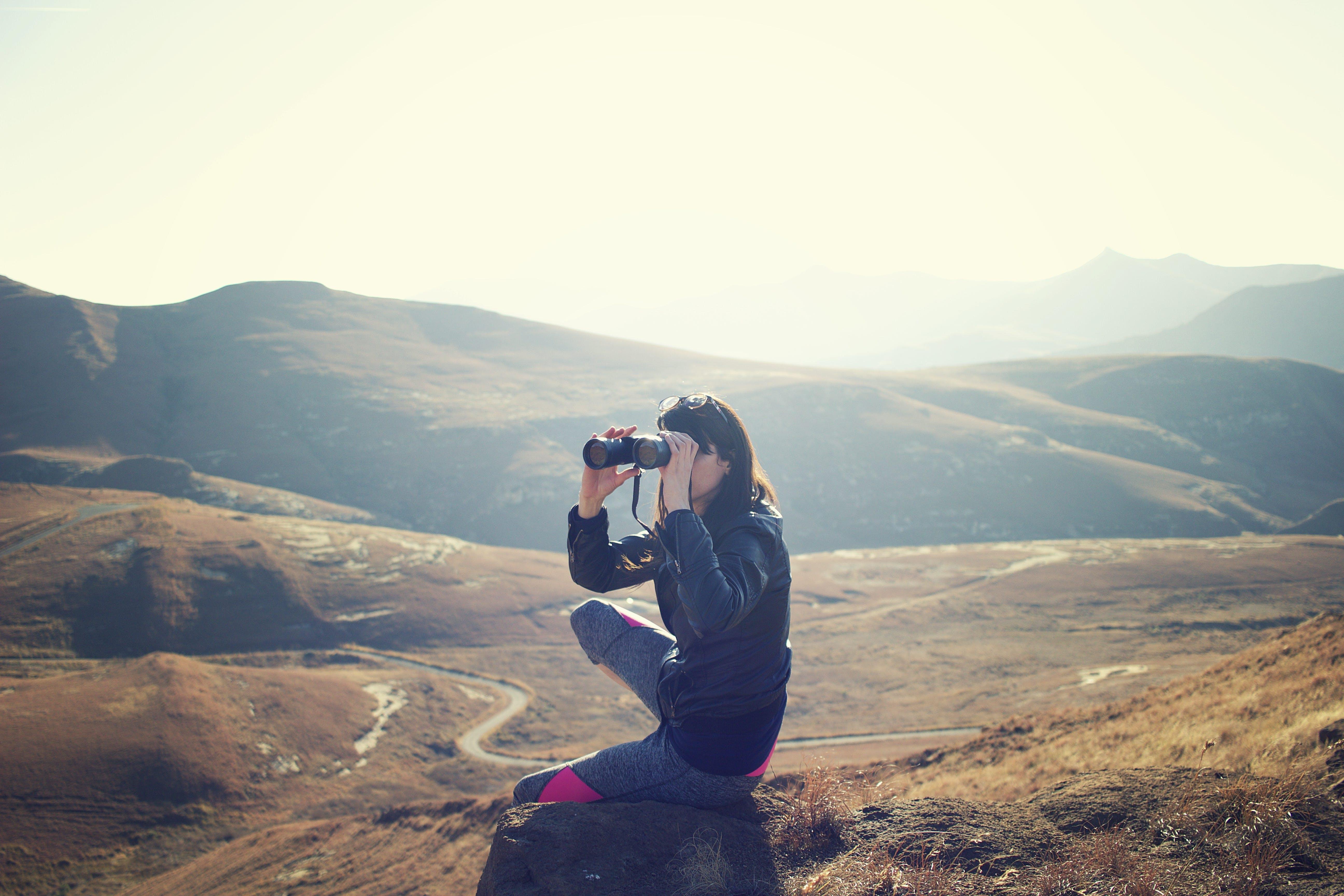 Titelbild-Success-Story-Noblex-Fernglas-Fernrohr-Gebirge-Berge-pixabay-1846437-Pexels