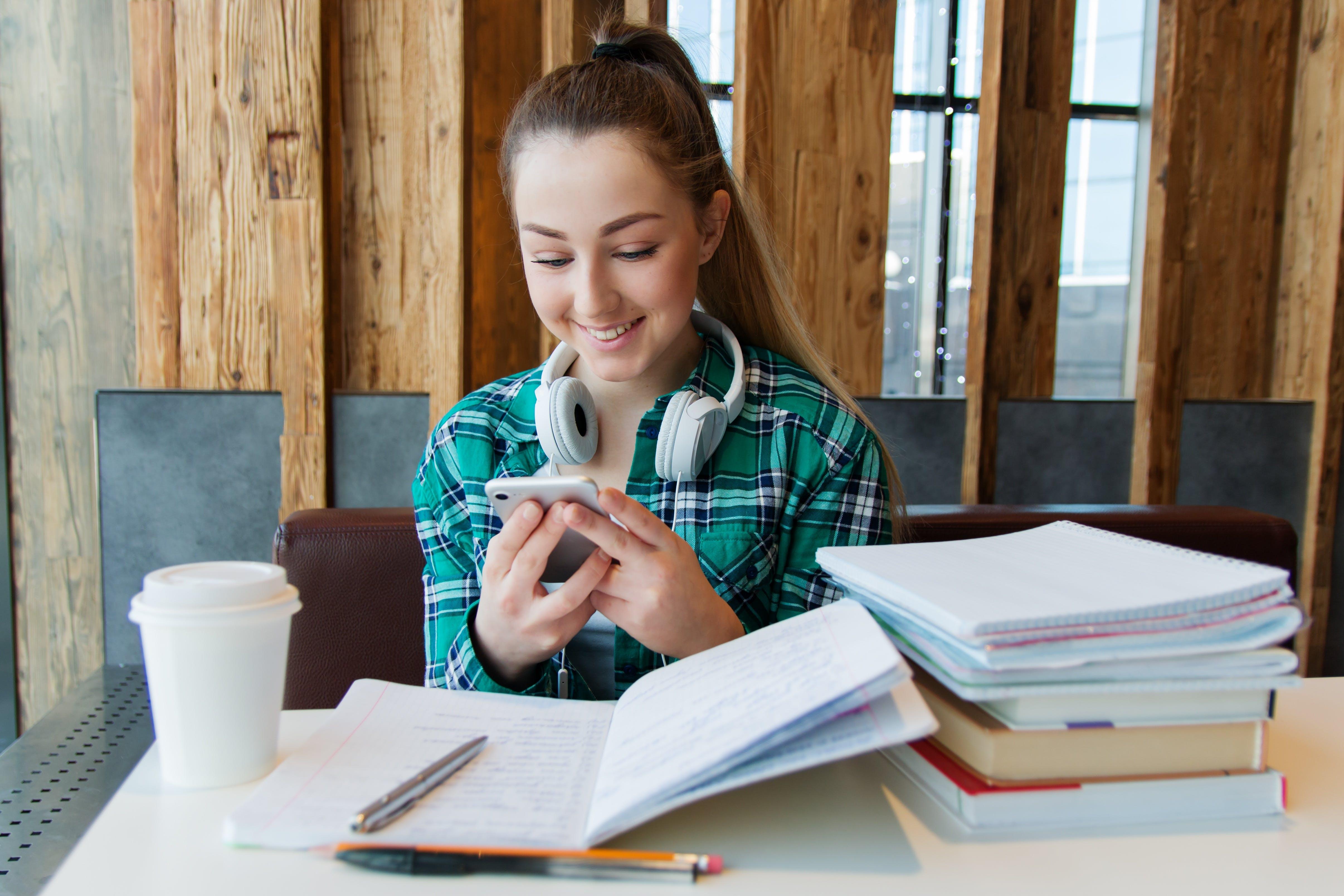 Titelbild-War-for-Talents-Talent-Mädchen-Smartphone-Studentin-pixabay-3718531-nastya_gepp