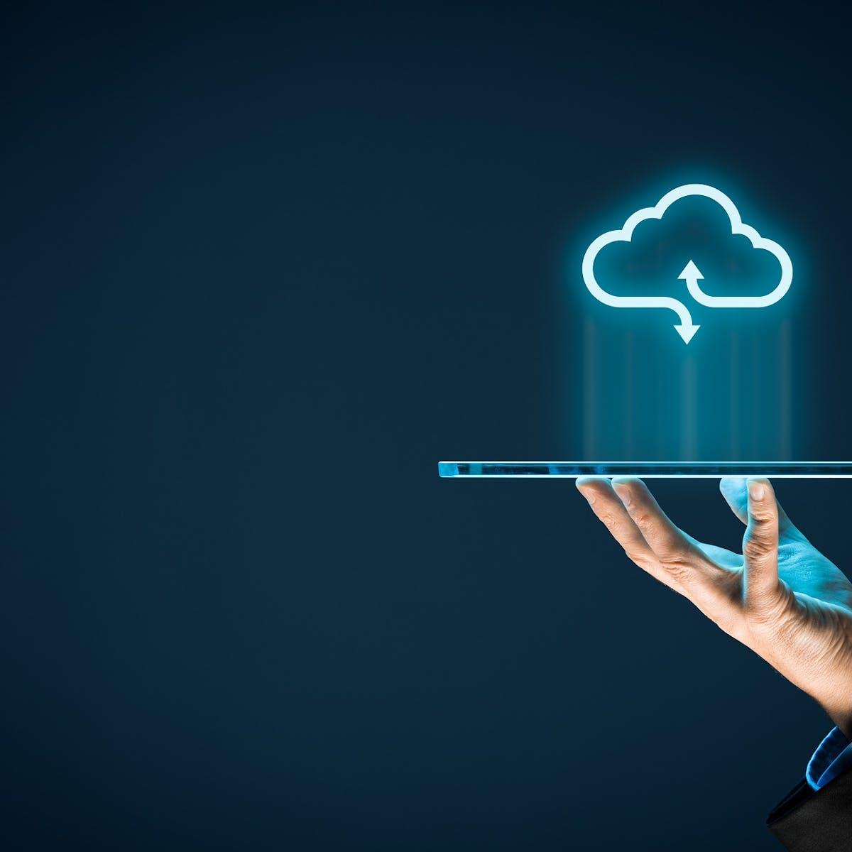 Hand hält Tablet, das Daten in die Cloud sendet